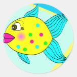 Un pequeño pescado etiquetas redondas
