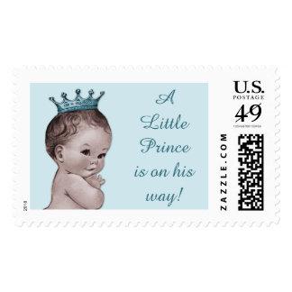 Un pequeño príncipe está en su bebé del vintage de estampillas