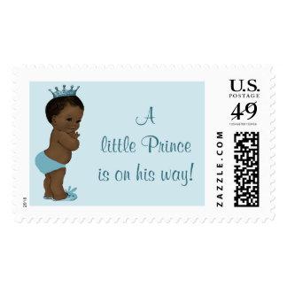 Un pequeño príncipe étnico está en su bebé del sellos