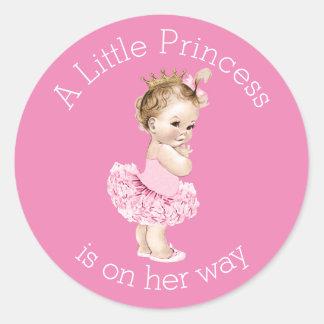 Un pequeño rosa de la fiesta de bienvenida al bebé etiquetas redondas