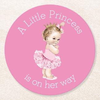 Un pequeño rosa de la fiesta de bienvenida al bebé posavasos de cartón redondo