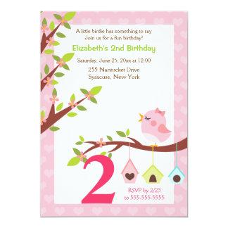 Un pequeño rosa de la invitación del cumpleaños