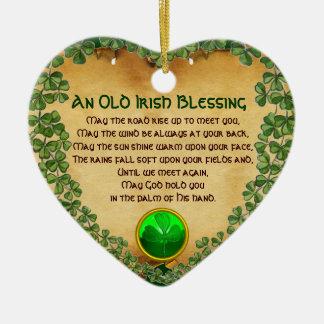 Un pergamino irlandés viejo de la bendición, adorno navideño de cerámica en forma de corazón