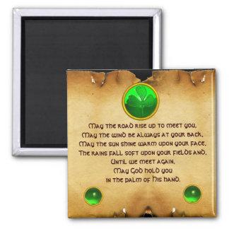 Un pergamino irlandés viejo de la bendición imán cuadrado