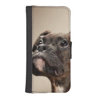 Un perrito Brindle del boxeador que mira para Funda Tipo Billetera Para iPhone 5