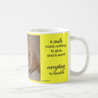 Un perrito del golden retriever de la sonrisa… taza de café