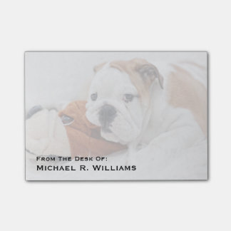 Un perrito inglés del dogo que juega con un dogo nota post-it®
