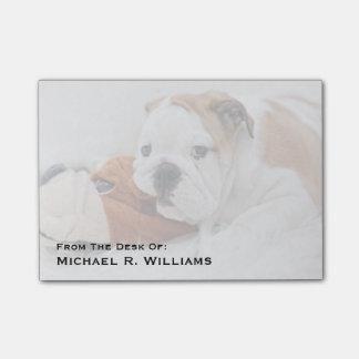 Un perrito inglés del dogo que juega con un dogo notas post-it®