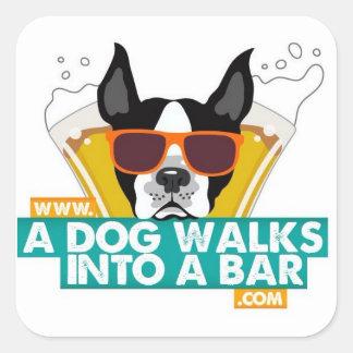 Un perro camina en un pegatina del cuadrado de la