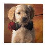 Un perro con una flor azulejo cerámica