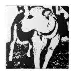 Un perro de perrito mezclado monocromático de Pitb Azulejos