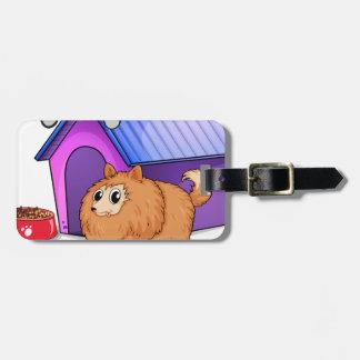 Un perro marrón fuera de la caseta de perro etiquetas para equipaje