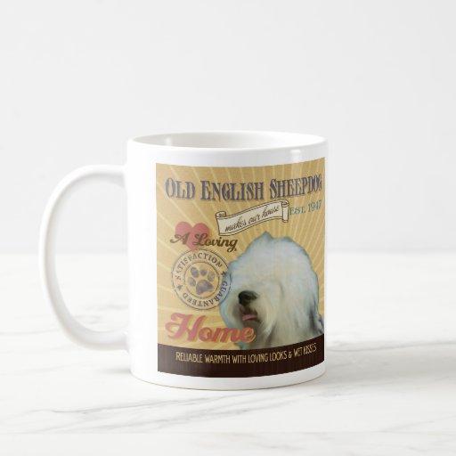 Un perro pastor inglés viejo cariñoso hace nuestro tazas de café