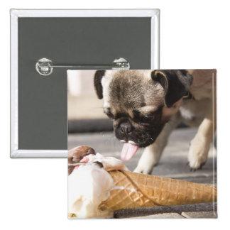 Un perro que come un helado de un pavimento pin cuadrada 5 cm