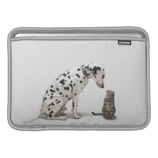 Un perro que mira un gato funda para macbook air