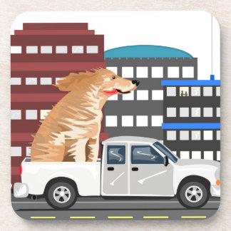 Un perro y un camión posavasos de bebida