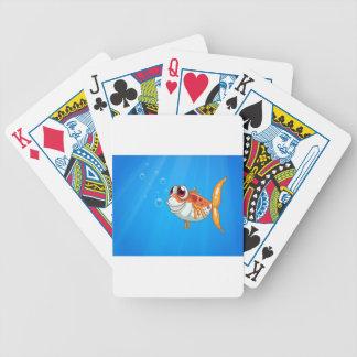 Un pescado anaranjado con los ojos grandes debajo baraja cartas de poker