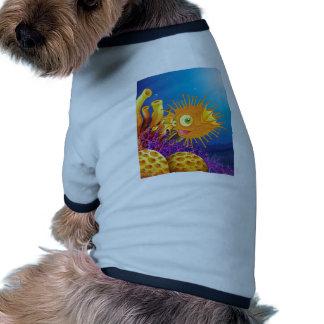 Un pescado anaranjado del fumador acerca a los camiseta con mangas para perro