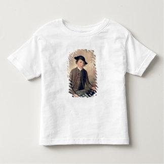 Un pescado de destripamiento del hombre joven, tshirts
