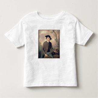 Un pescado de destripamiento del hombre joven, t shirts