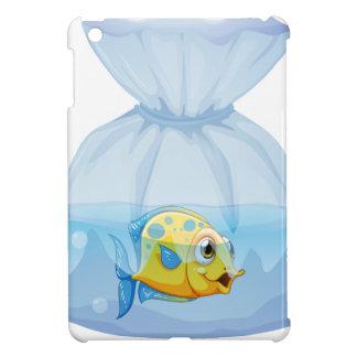 Un pescado dentro de la bolsa plástica