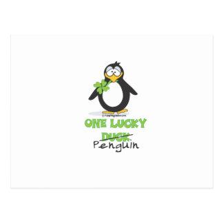 Un pingüino afortunado del pato tarjeta postal