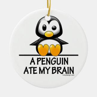 Un pingüino comió mi cerebro adorno navideño redondo de cerámica