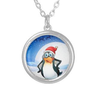 Un pingüino que lleva el gorra de Santa Colgante Redondo