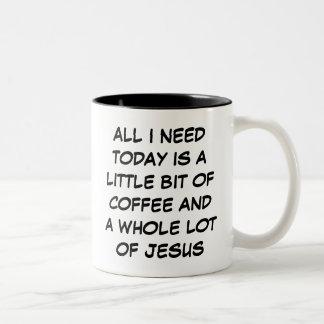 Un poco del café y de una porción entera de taza d
