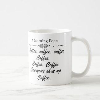 Un poema por las mañanas del café divertidas taza básica blanca