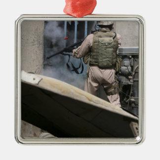 Un policía militar utiliza una violación alrededor adorno cuadrado plateado