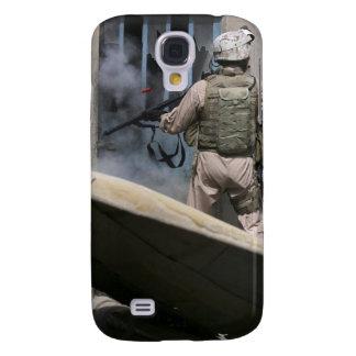 Un policía militar utiliza una violación alrededor funda para galaxy s4