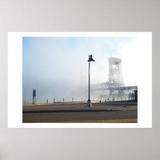 Un poster de niebla del puente de elevación