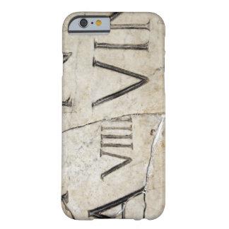 Un primer de letras romanas antiguas en el mármol funda de iPhone 6 barely there