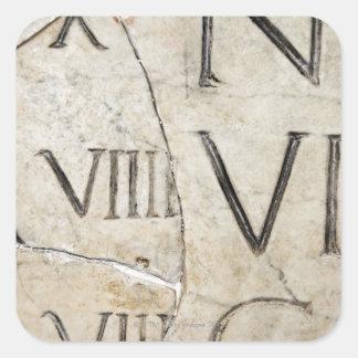 Un primer de letras romanas antiguas en el mármol pegatina cuadrada