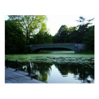 Un puente sobre el lago en parque de la tarjetas postales