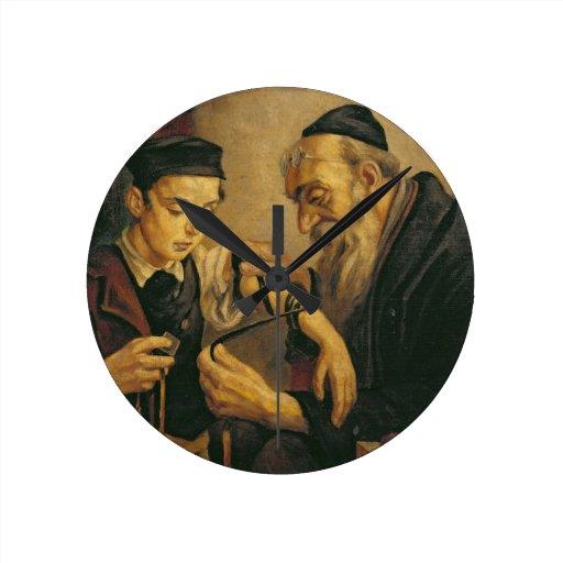 Un rabino que ata los Phylacteries al brazo de un  Reloj