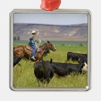 Un ranchero a caballo durante un rodeo 2 del adorno navideño cuadrado de metal