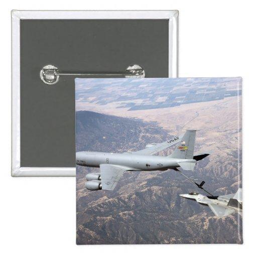 Un rapaz F-22 recibe el combustible de un KC-135 Pins