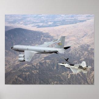 Un rapaz F-22 recibe el combustible de un KC-135 Póster