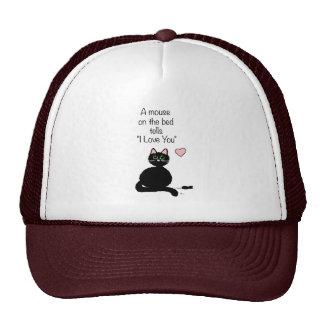 Un ratón en la cama gorras