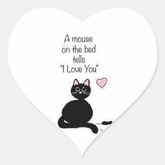 Un ratón en la cama pegatina en forma de corazón