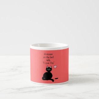 Un ratón en la cama taza espresso