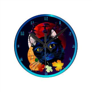 Un reloj de pared de Halloween del gato negro