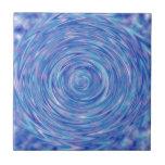 Un remolino abstracto del color en azul y púrpura teja  ceramica
