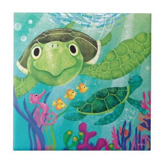 Un rescate de la tortuga de mar azulejo cuadrado pequeño