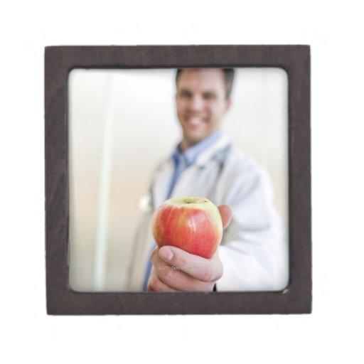 Un retrato de un doctor que sostiene una manzana cajas de joyas de calidad