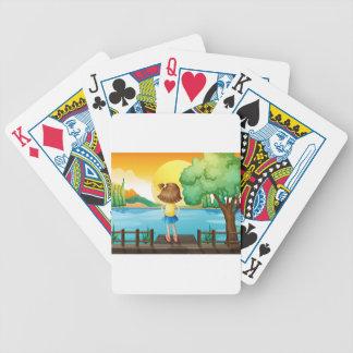 Un revestimiento derecho del chica en el río baraja cartas de poker