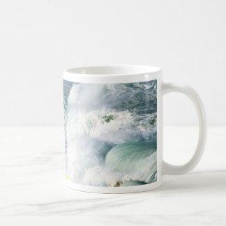 Un revoltijo del caos del whitewater tazas de café