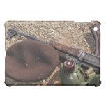 Un rifle, militar cubre y cantina